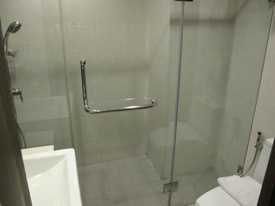 D Varee Diva Bally Silom, Bangkok: shower room