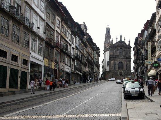 Clerigos Tower : Torre dos Clérigos vista da Praça dos Aliados