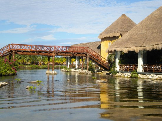 Grand Palladium Colonial Resort & Spa : Bridge over to buffet