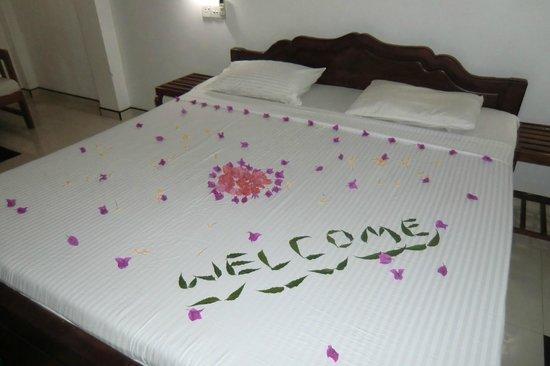 Nice Place Bungalows: Bett unseres Zimmers liebevoll dekoriert