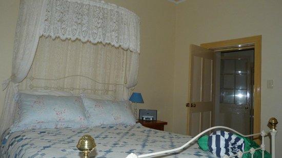 Robe House: Romantic style bedroom