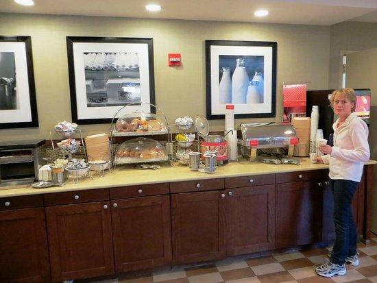 Hampton Inn NY - JFK: Buffet breakfast
