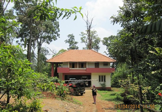 Chingaara Estate Guest House: The approach view