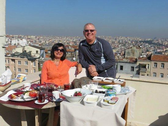 Dila Suites: Lovely breakfast on rooftop terrace