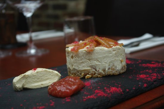 Midhurst, UK: The olive and vine's Rhubarb cheesecake