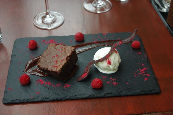 Midhurst, UK: The olive and vine's Chocolate and raspberry brownie