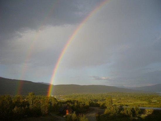 Grotli Hoyfjellshotell: Чудесная радуга!  Вдуг пошел дождь, выглянуло солнце, и мы смогли полюбоваться чудесной радугой.
