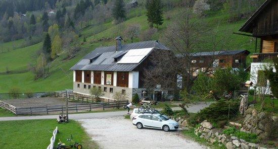 Biohof Seidl: Blick auf den Stall