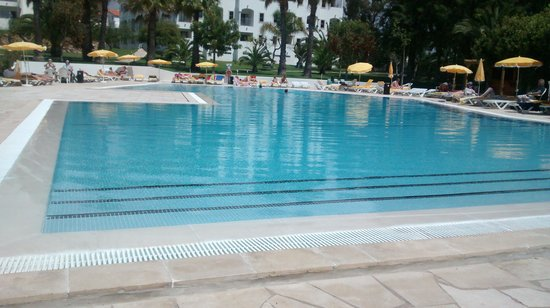 Vila Petra Aparthotel: outdoor pool with plenty sunloungers