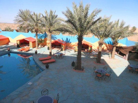 Hotel Chez Gaby : La piscine et ses petites tentes