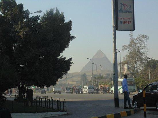 Mercure Cairo Le Sphinx : Vista da porta do hotel Mercure vista das piramides