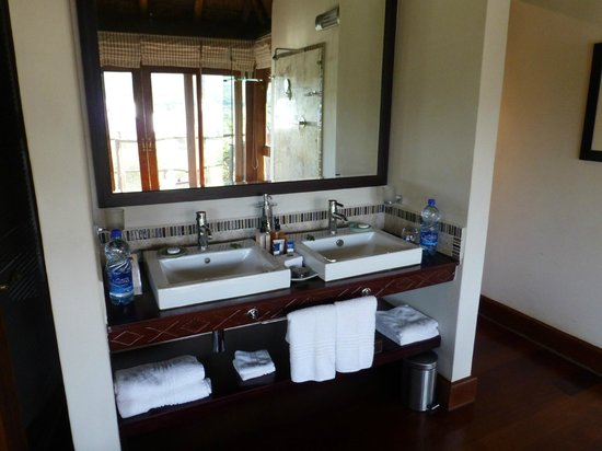 Pumba Private Game Reserve: The bathroom was beautiful