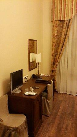 Lancaster Court Hotel: Столик и кресла