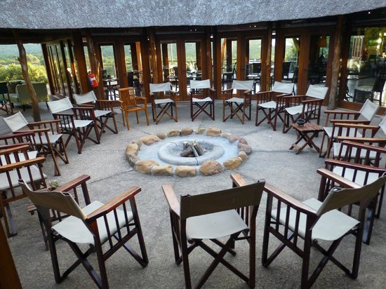 Pumba Private Game Reserve: Center of the main lodge - the camp fire was lit at night