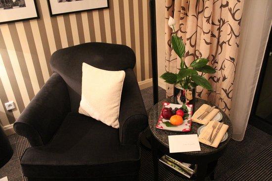 Four Seasons Hotel Prague : cadeira no quarto