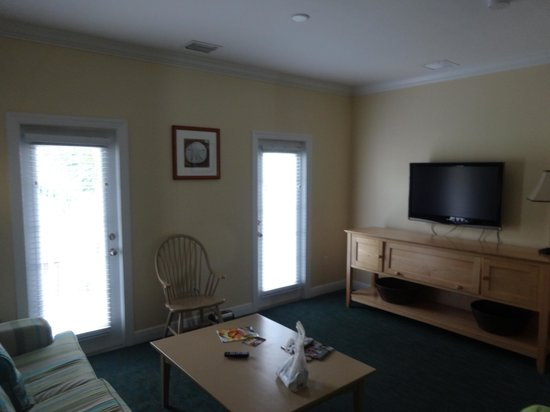 Parrot Key Hotel and Resort: Other side of living room