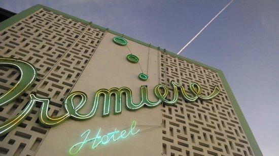 Premiere Hotel: Frente del hotel