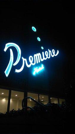 Premiere Hotel: Frente del hotel de noche
