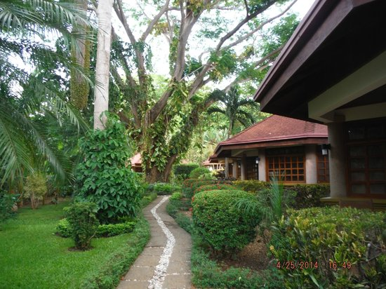 Villa Acacia: walking through the court yard past other villas