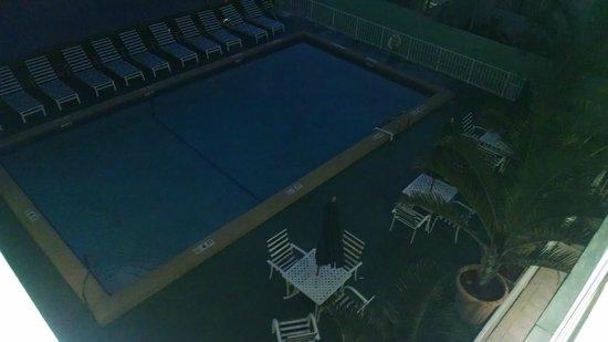 Premiere Hotel: Vista desde el balcon hacia la pileta