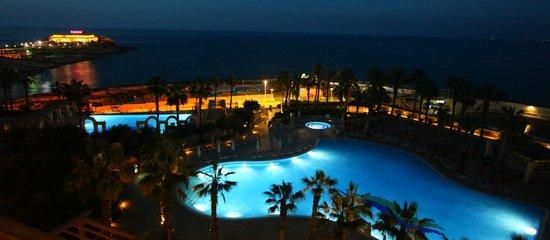 Hilton Malta : Pool at night