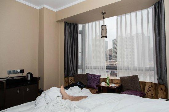 SSAW Boutique Hotel Shanghai Bund: Даже лежа в кровати можно заценить вид из окна