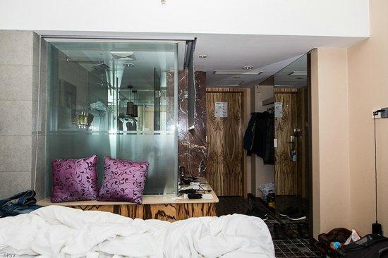 SSAW Boutique Hotel Shanghai Bund: Можно закрыть шторками когда моетесь )