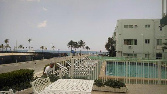 Premiere Hotel: Vista desde la terraza hacia la pileta y la playa