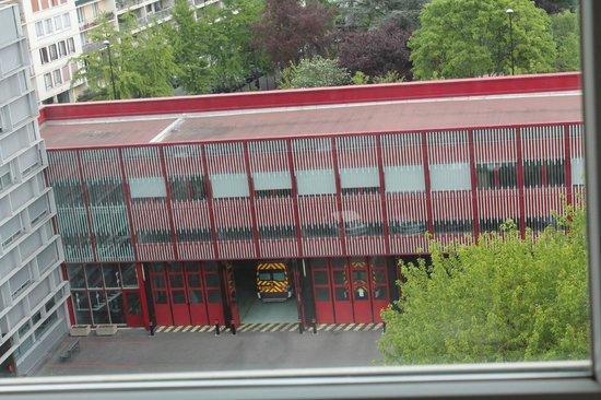 Ibis Budget Paris Porte d'Aubervilliers: La caserne des pompiers derrière l'hôtel