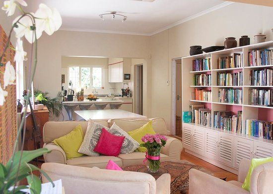 Jaqui's Garden Guesthouse: A bright, warm guest lounge to welcome you