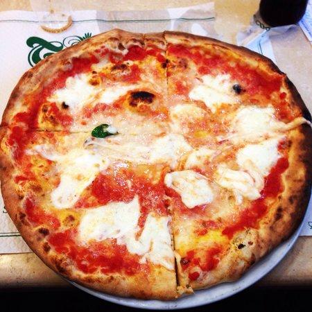 Pizzeria Trianon: Margherita con mozzarella di bufala.