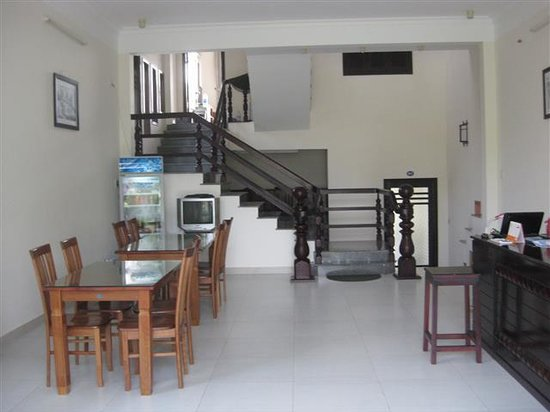 Sea Star Homestay: Breakfast and reception area.  Large bookcase with numerous books too!