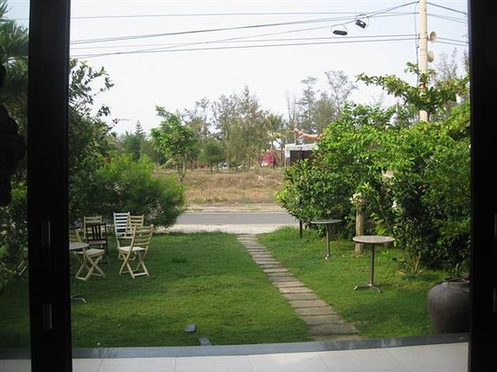 Sea Star Homestay: Garden and beach literally across the road.  Hardly ANY traffic on this road too - just the odd