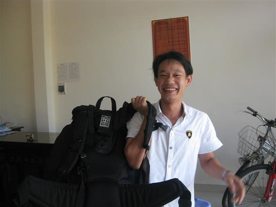 Sea Star Homestay: The lovely smiley Viet carrying our backpacks.