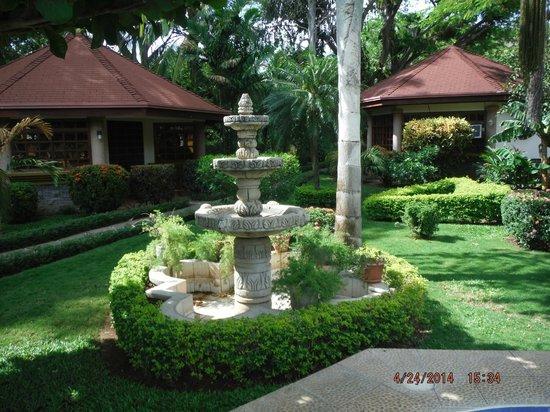 Villa Acacia: fountain in the gradens