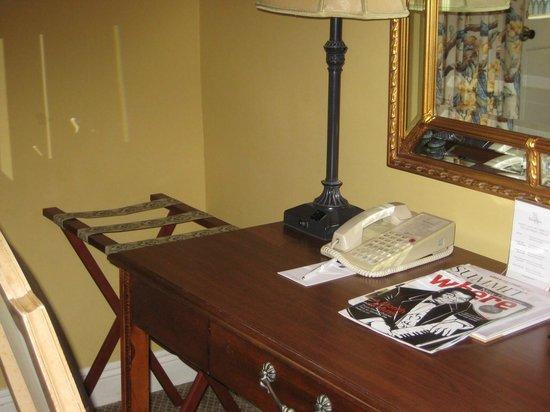 Bienville House: Desk-phone