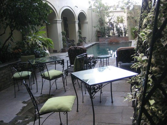 Bienville House: Messy Courtyard-Pool area