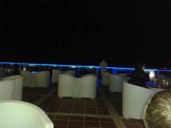 Sandos Papagayo Beach Resort: elite bar outside lit up