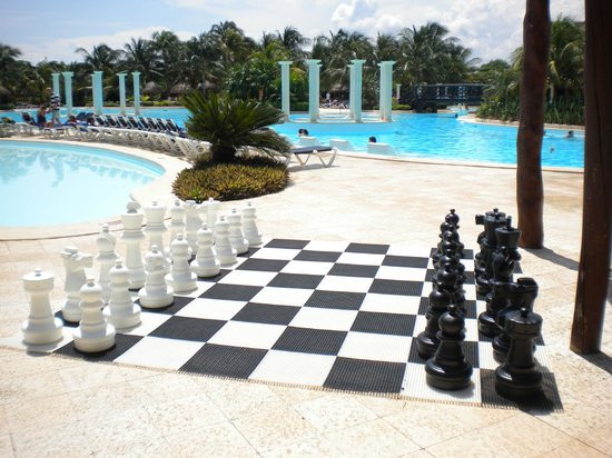 Grand Palladium Colonial Resort & Spa : Chess board by one of the main pools