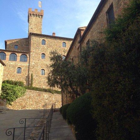 Castello Banfi - Il Borgo: Vista dos quartos pra entrada principal do castelo e museu Banfi.