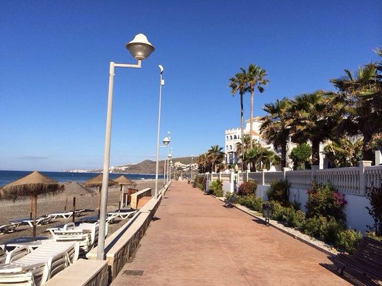 Hotel Perla Marina: Promenade in front of old part of hotel.