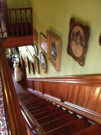 Painted Lady of Columbus Bed and Breakfast: Grand Staircase