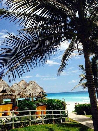 Grand Oasis Cancun: кафе на пляже