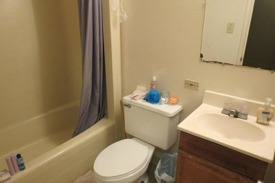 Hostelling International Waikiki: 6-bed dorm bathroom