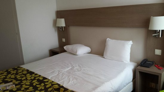 Hotel Restaurant Les Maraîchers : Lit double dans chambre quadruple