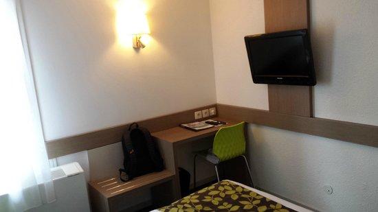 Hotel Restaurant Les Maraîchers : Coin bureau et TV