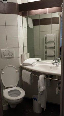 Hotel Restaurant Les Maraîchers : Salle de bain avec sèche serviette et sèche-cheveux