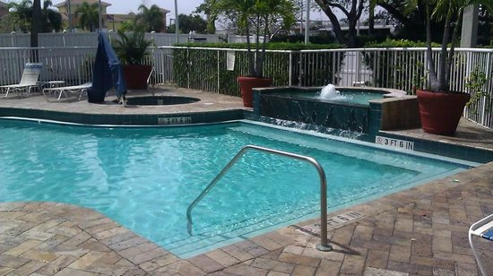 SpringHill Suites Fort Lauderdale Airport & Cruise Port: Inviting pool area until you get up close.
