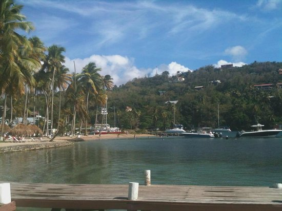 Marigot Beach Club and Dive Resort : View of beach from Doolittles