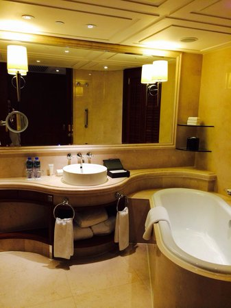 The Langham, Hong Kong: Bathroom.